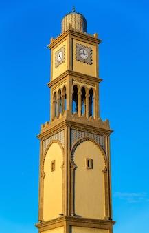 Wieża zegarowa w bazar aya w starej medynie w casablance, maroko