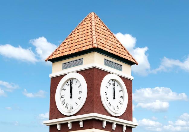 Wieża zegarowa z niebieskim tłem nieba
