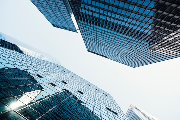 Wieże biznesowe ze szklanymi oknami