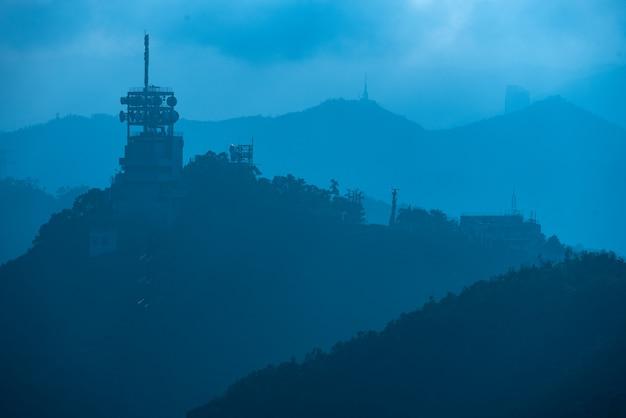 Wieże internetowe i satelitarne w górach