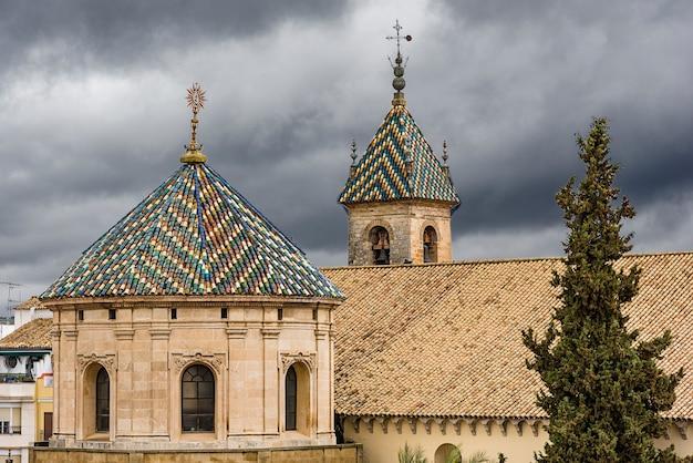 Wieże kościoła lucena w prowincji cordoba