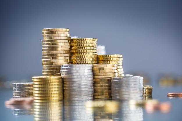 Wieże monet euro ułożone w różnych pozycjach.
