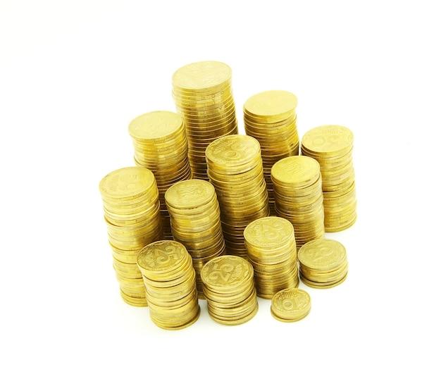 Wieże monet na białym tle