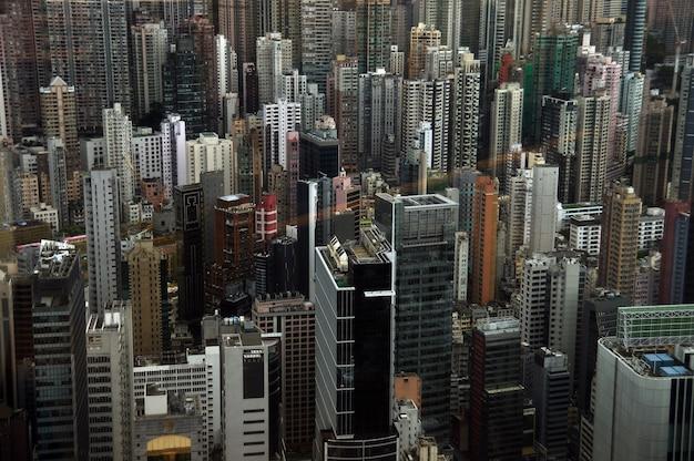 Wieże nowoczesnej metropolii hongkong. wysokie budynki w przeludnionym mieście.