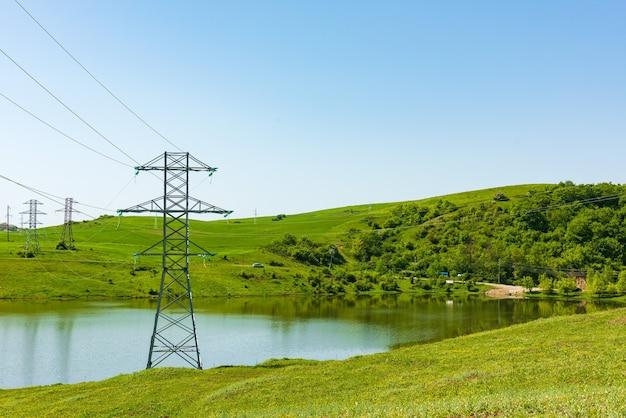 Wieże przesyłowe energii nad jeziorem