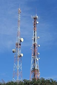Wieże radiowe z antenami nadawczymi