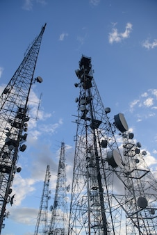 Wieże telekomunikacyjne na szczycie jabre w matureia paraiba brazylia