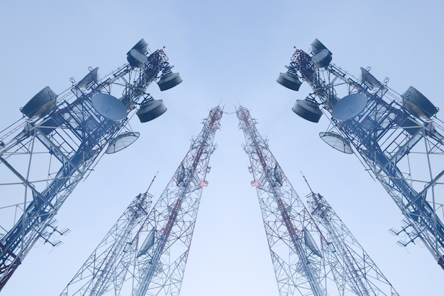 Wieże telekomunikacyjne z antenami