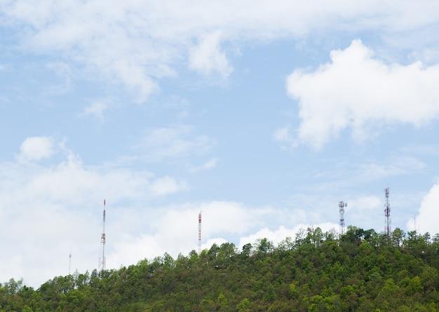 Wieże telekomunikacyjne, znajdujące się w lesie