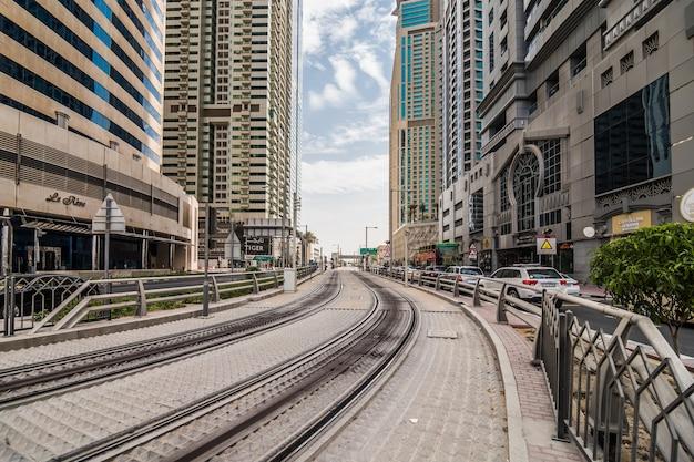 Wieże, wieżowce, hotele, nowoczesna architektura, sheikh zayed road, financial district idealne tło dla tekstu