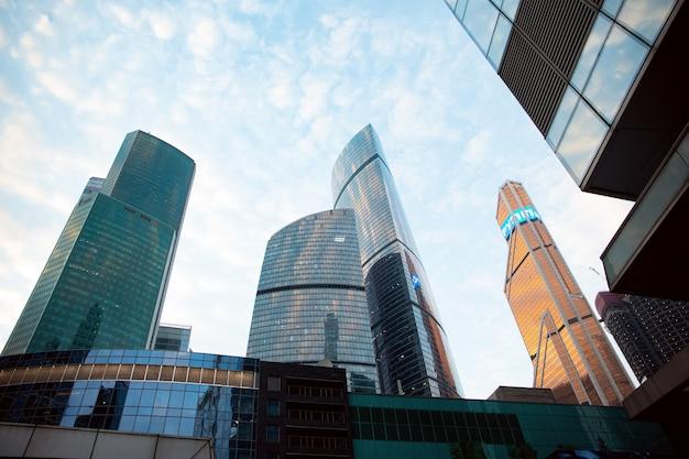 Wieże wieżowce moskwy w ciągu dnia