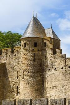 Wieże z kapeluszami czarownicy w cite medievale de carcassonne we francji lista światowego dziedzictwa unesco