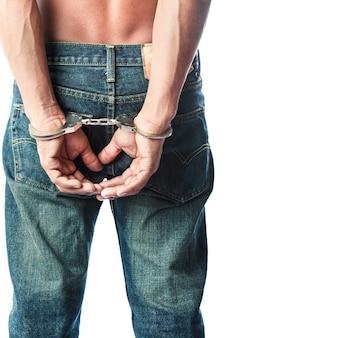 Więzień zamknięty w kajdankach