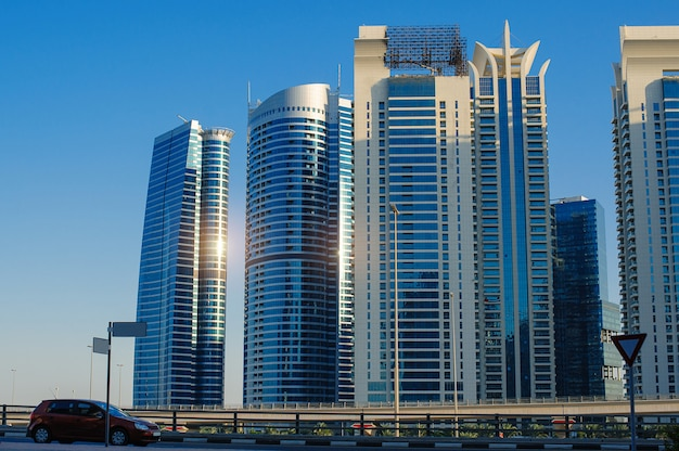 Wieżowce budynków w nowoczesnym mieście