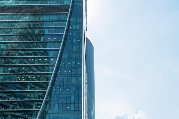 Wieżowce centrum biznesowego moskwy moscowcity na tle dziennego nieba