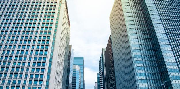 Wieżowce i błękitne niebo - tokio, japonia