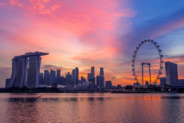 Wieżowce i główne atrakcje singapore flyer, marina bay sands, art science museum