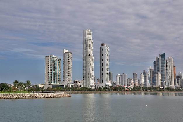 Wieżowce na wybrzeżu miasta panama, ameryka środkowa