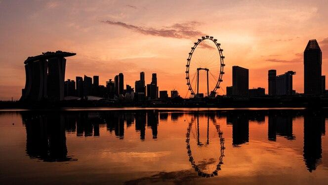 Wieżowce singapuru o zachodzie słońca