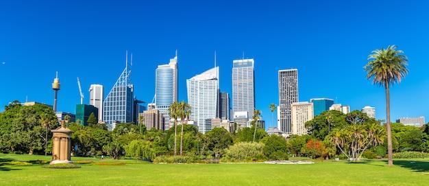 Wieżowce sydney widziane z królewskiego ogrodu botanicznego. australia, nowa południowa walia