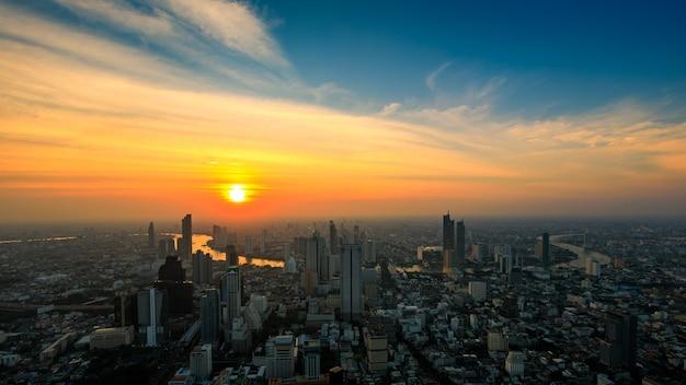 Wieżowce w bangkoku i błękitne niebo na tle zachodu słońca