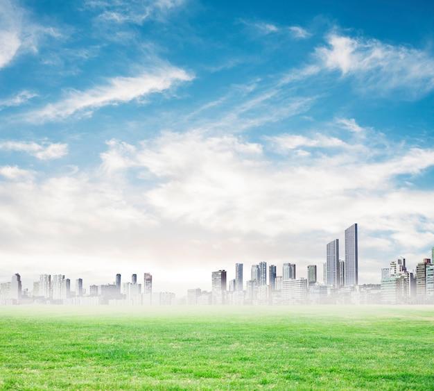 Wieżowce w oddali w mglisty dzień