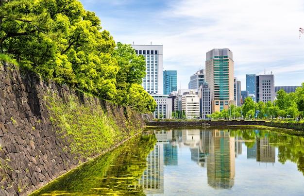 Wieżowce w pobliżu pałacu cesarskiego w tokio, japonia