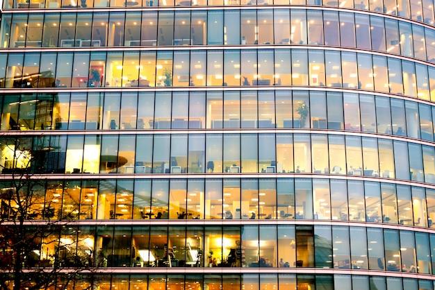 Wieżowiec biurowca w londynie, praca i spotkanie