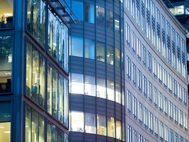 Wieżowiec biurowy w londynie, praca i spotkanie