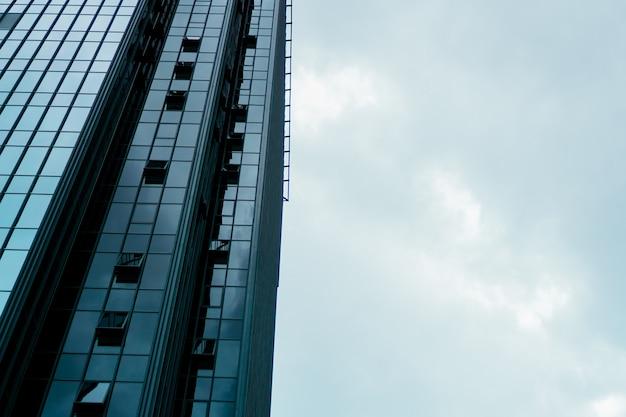 Wieżowiec i wieża centrum biznesowego, błękitne niebo, koncepcja biznesowa. transparent