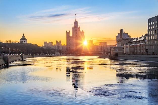 Wieżowiec mieszkalny na nabrzeżu kotelnicheskaya w moskwie