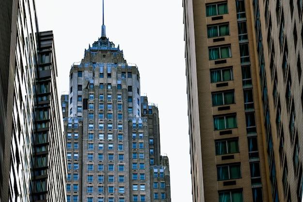 Wieżowiec nowego jorku z ulicy patrząc w górę