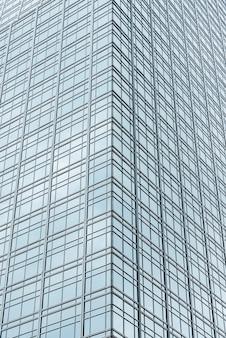 Wieżowiec szklany niski kąt