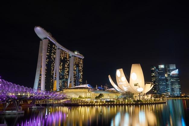 Wieżowiec wspaniałym miasto singapore długiej ekspozycji