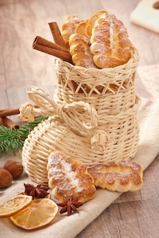 Wiklinowa skarpeta świąteczna wypełniona ciasteczkami, cynamonem, kandyzowaną cytryną i anyżem