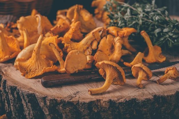 Wiklinowa taca z kurkami na drewnianym stole