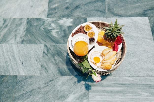 Wiklinowa taca z pysznym śniadaniem