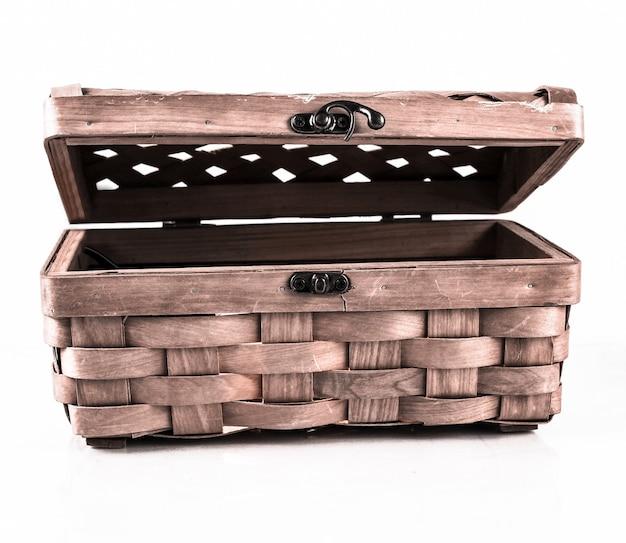 Wiklinowe pudełko na małe przedmioty do domu. izolowane na białym background.photo z miejsca na kopię