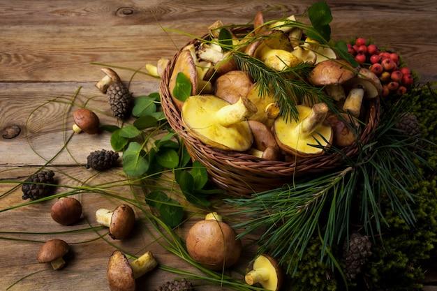 Wiklinowy kosz z grzybami i jagodami