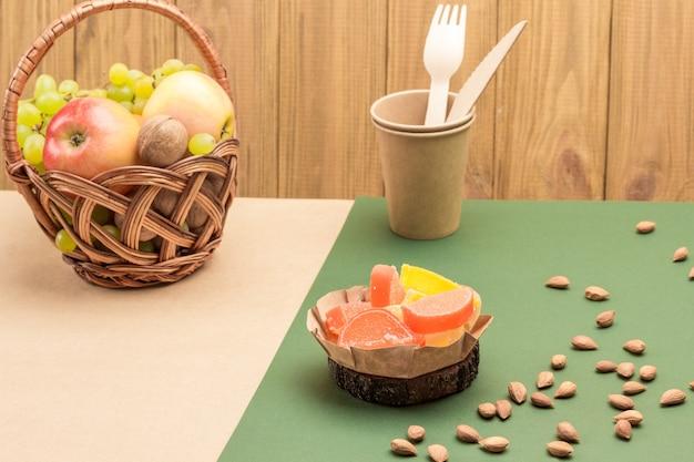 Wiklinowy kosz z owocami i orzechami