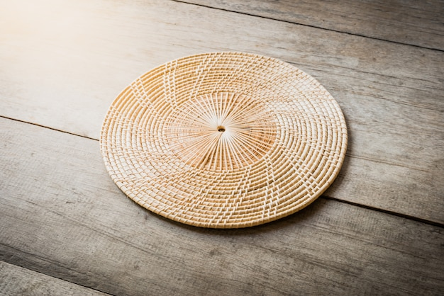 Wiklinowy placemat na drewnianym stole