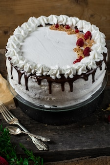 Wiktoriańskie ciasto kanapkowe, udekorowane truskawkami, żurawiną i miętą. deser. świętuj