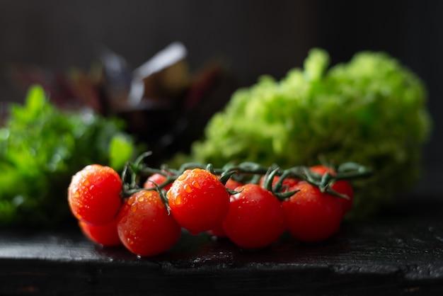 Wilgotne, soczyste pomidory koktajlowe, rukola i bazylia