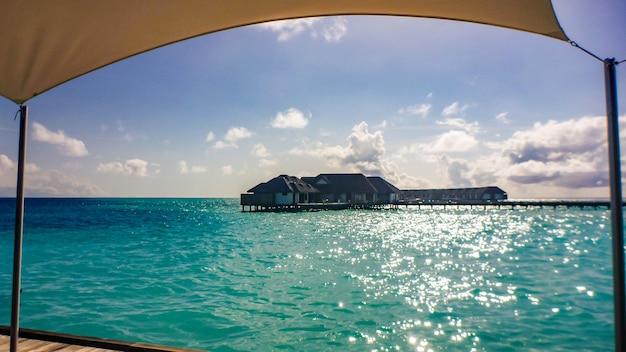 Wille nad wodą w błękitnej tropikalnej lagunie, malediwy.