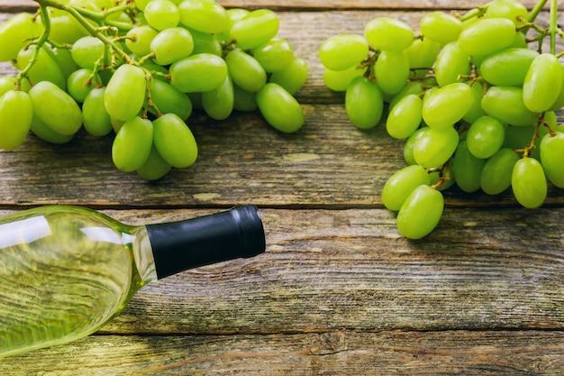 Win szkła i winogrona na kamienia stole. z miejscem na twój tekst