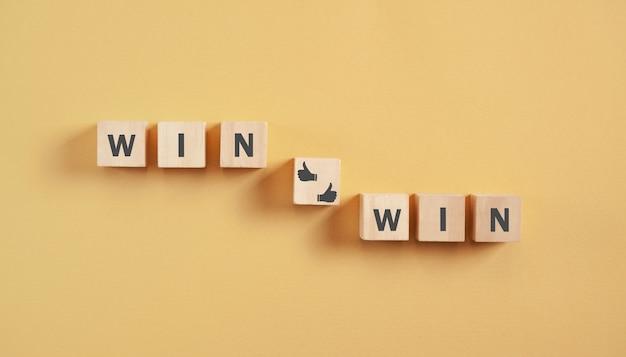 Win-win na drewnianych kostkach. biznes. strategia
