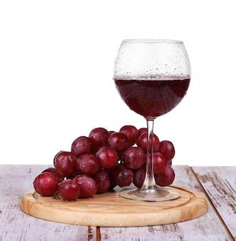 Wina dolewanie do szkła z winogronem i butelkami odizolowywającymi