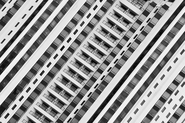 Windows i balkon przy nowożytnym budynkiem - monochrom