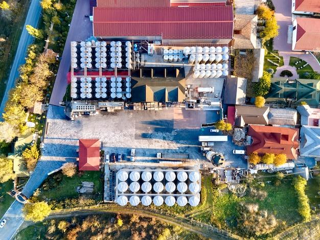 Winnica asconi z przemysłowymi metalowymi beczkami w mołdawii