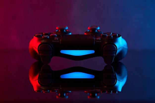 Winnica, ukraina - 03 kwietnia 2020. kontroler sony playstation 4 (ps4) dualshock 4, joystick do gier wideo lub gamepad. bliska strzał studio